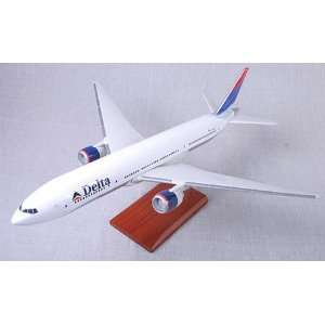Scale Model   Delta Airlines B 777 Model Toys & Games